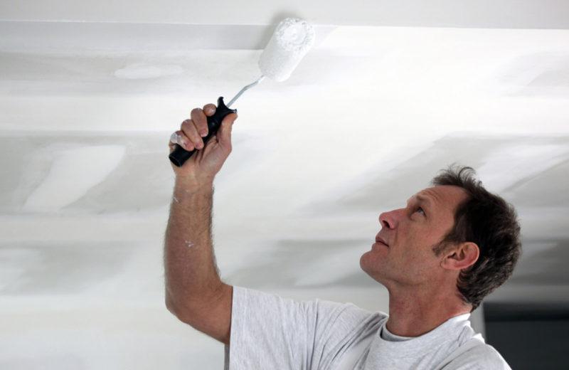 Mand der maler sit loft hvidt